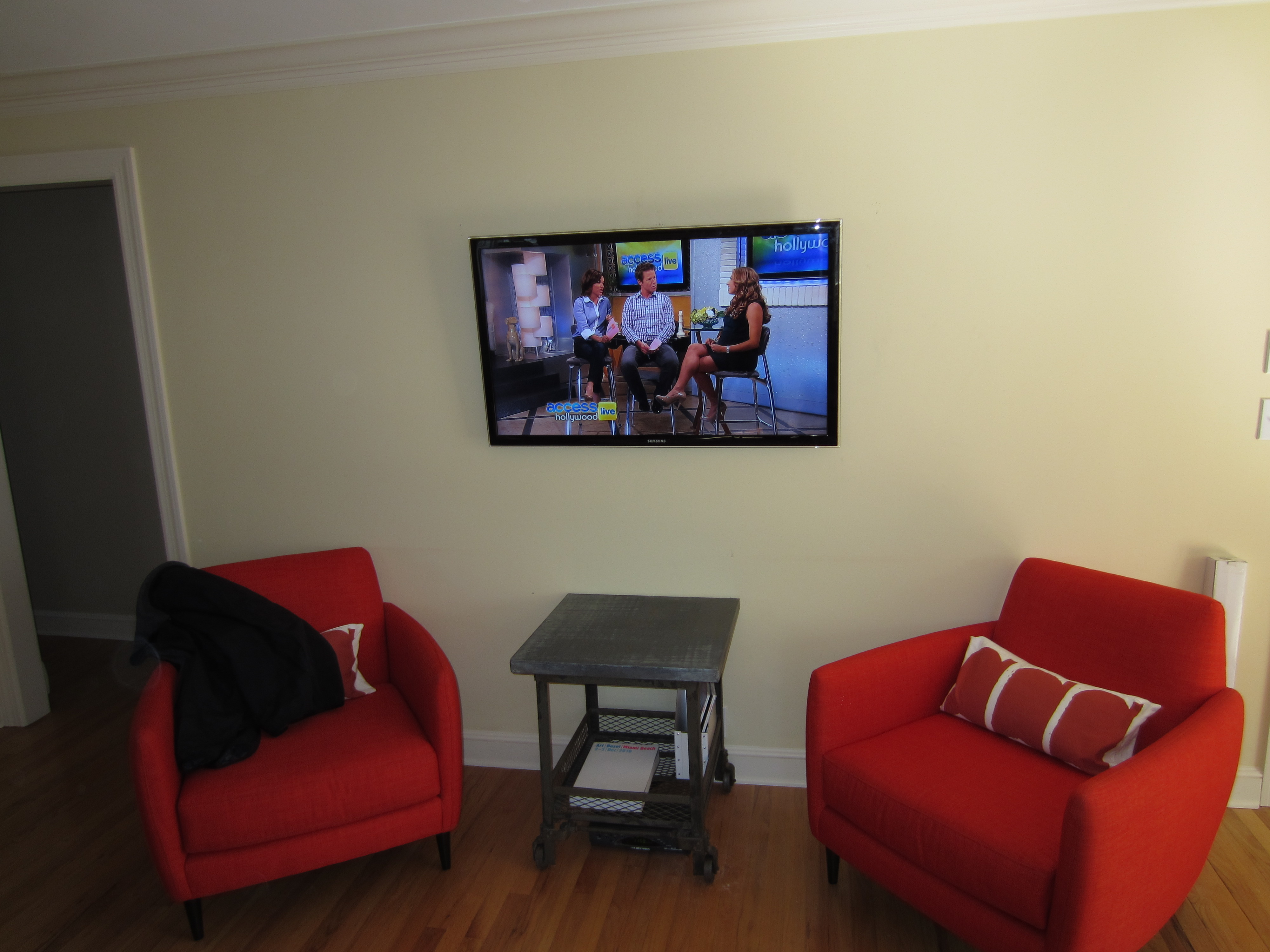 Fairfield ct tv install on wall hiding all wires for Disguise tv on wall